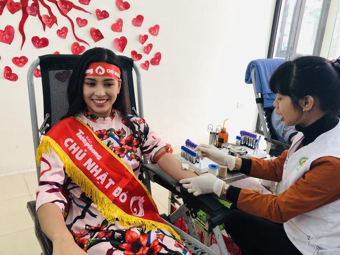 Hoa hậu Trần Tiểu Vy hồi hộp trong lần đầu hiến máu - Ảnh 5.