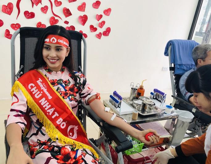 Hoa hậu Trần Tiểu Vy hồi hộp trong lần đầu hiến máu - Ảnh 6.