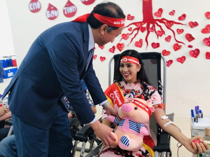Hoa hậu Trần Tiểu Vy hồi hộp trong lần đầu hiến máu - Ảnh 8.