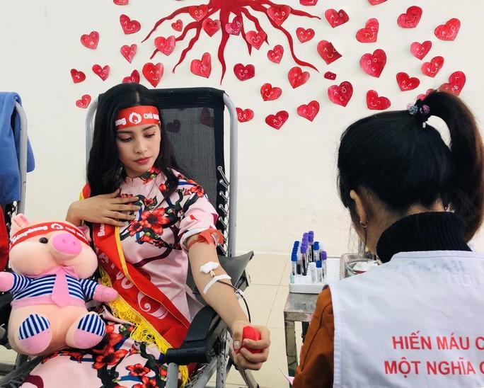Hoa hậu Trần Tiểu Vy hồi hộp trong lần đầu hiến máu - Ảnh 7.