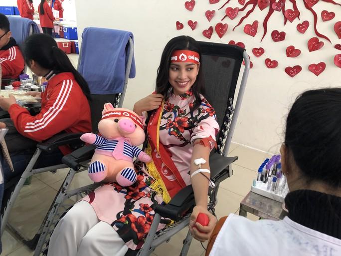 Hoa hậu Trần Tiểu Vy hồi hộp trong lần đầu hiến máu - Ảnh 9.