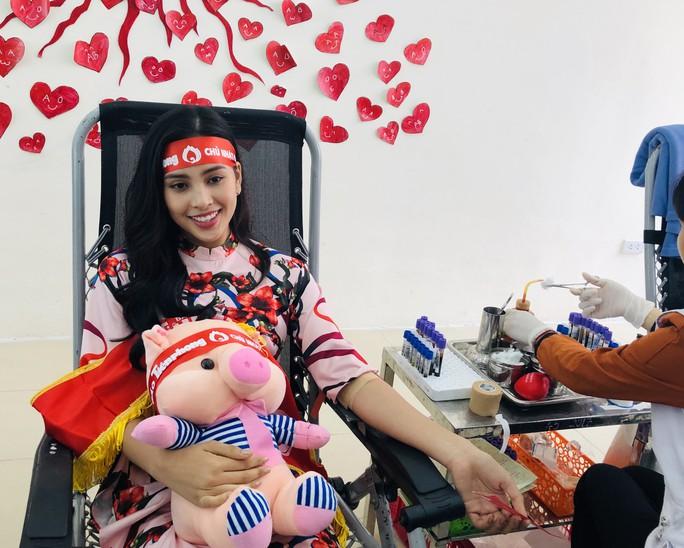 Hoa hậu Trần Tiểu Vy hồi hộp trong lần đầu hiến máu - Ảnh 10.