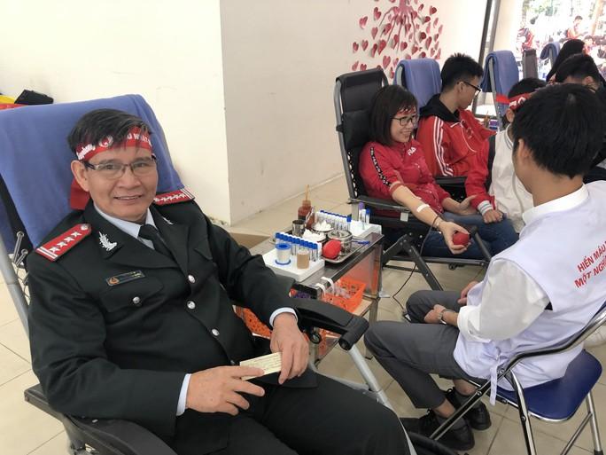 Hoa hậu Trần Tiểu Vy hồi hộp trong lần đầu hiến máu - Ảnh 18.