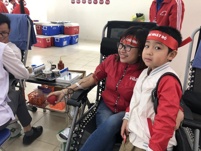 Hoa hậu Trần Tiểu Vy hồi hộp trong lần đầu hiến máu - Ảnh 15.