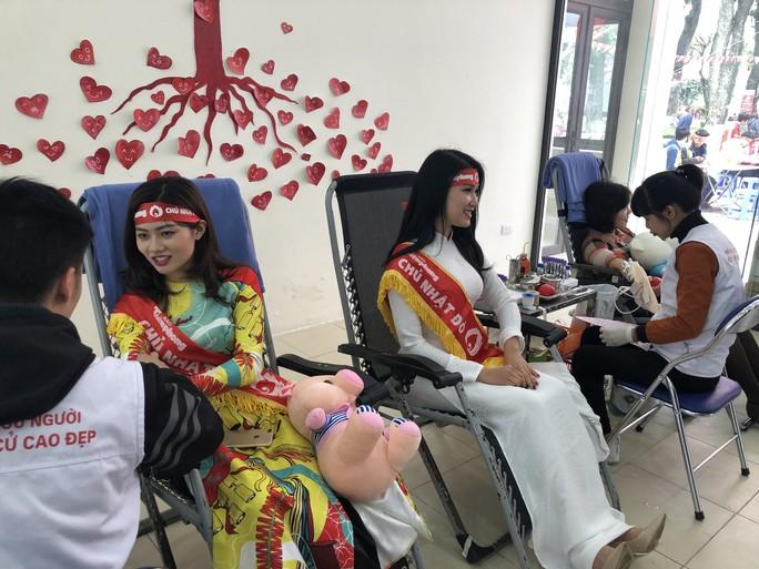 Hoa hậu Trần Tiểu Vy hồi hộp trong lần đầu hiến máu - Ảnh 13.