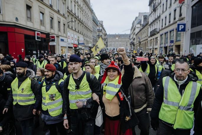 Biểu tình áo ghi-lê vàng nổi lửa bạo lực, đòi Tổng thống Pháp từ chức - Ảnh 1.