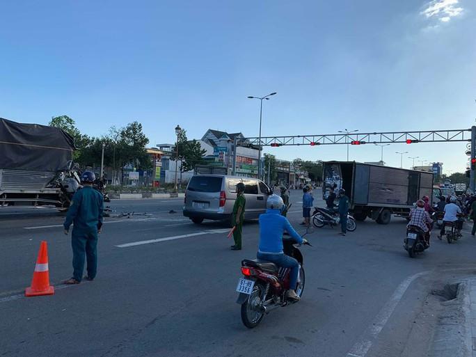 Xe tải húc 2 xe chờ đèn đỏ, nhiều người nhập viên - Ảnh 1.
