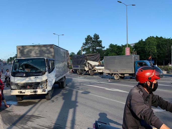 Xe tải húc 2 xe chờ đèn đỏ, nhiều người nhập viên - Ảnh 3.