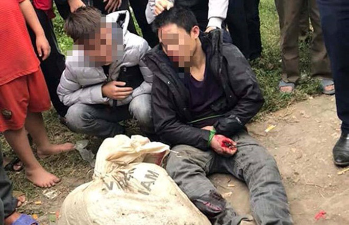 Người dân vây bắt 2 nam thanh niên trộm chó - Ảnh 1.