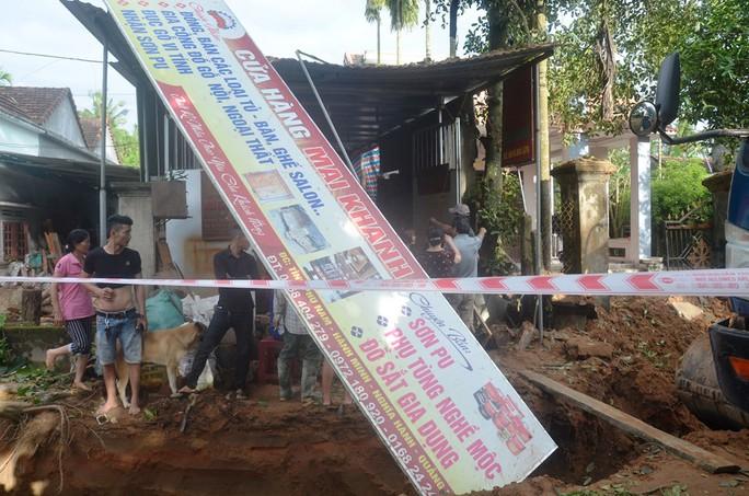 Đào đường trúng bom phát nổ, nhiều nhà dân bị hư hỏng - Ảnh 3.