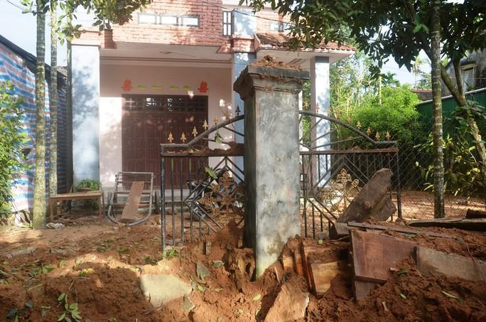 Đào đường trúng bom phát nổ, nhiều nhà dân bị hư hỏng - Ảnh 4.