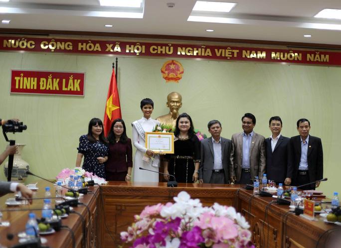 Hoa hậu H'Hen Niê về quê với nhiều dự án thiện nguyện - Ảnh 1.