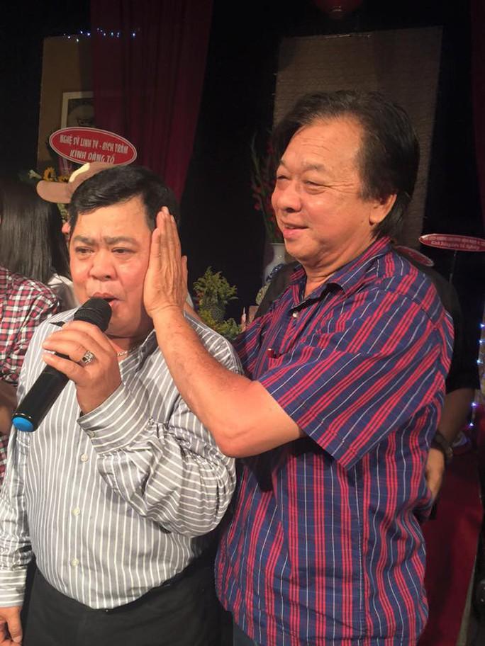 Nghệ sĩ khóc thương danh hài Mạnh Tràng - Ảnh 2.
