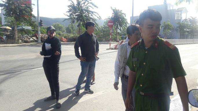 Đà Nẵng: Hết chặn xe tải, người dân lại chặn xe chở rác để phản đối ô nhiễm - Ảnh 6.