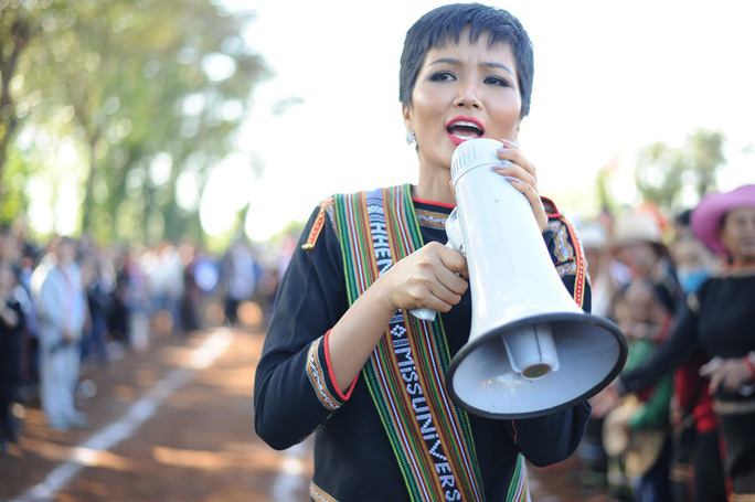 Những hình ảnh chân chất của Hoa hậu H'Hen Niê khi trải lòng với buôn làng - Ảnh 4.