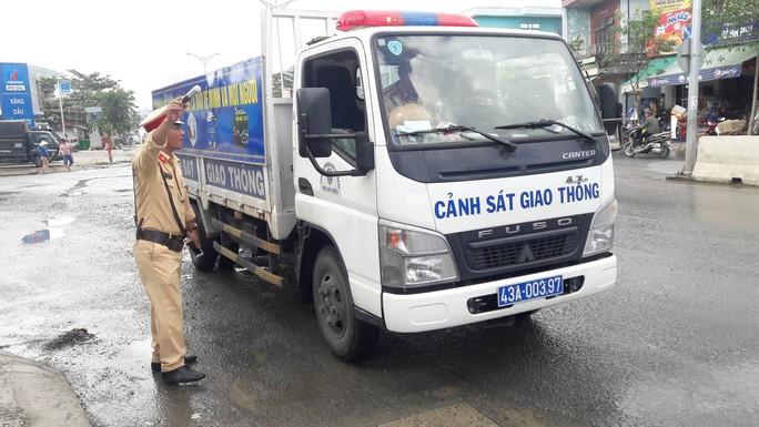 Đà Nẵng: Người dân chặn xe tải chở đất, đá để phản đối ô nhiễm - Ảnh 2.