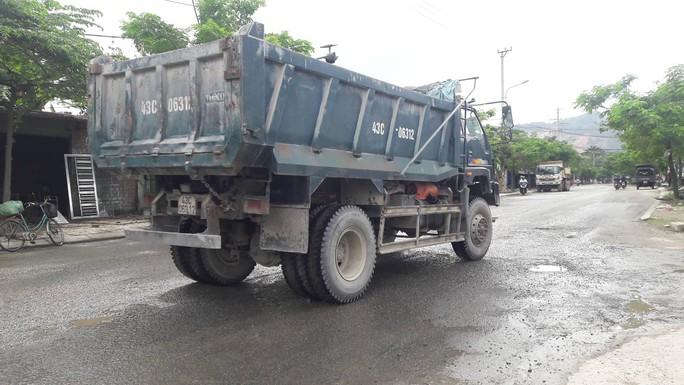 Đà Nẵng: Người dân chặn xe tải chở đất, đá để phản đối ô nhiễm - Ảnh 1.