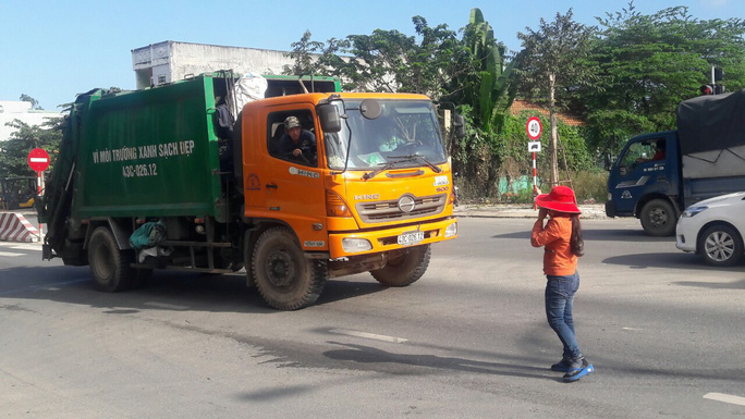 Đà Nẵng: Hết chặn xe tải, người dân lại chặn xe chở rác để phản đối ô nhiễm - Ảnh 1.