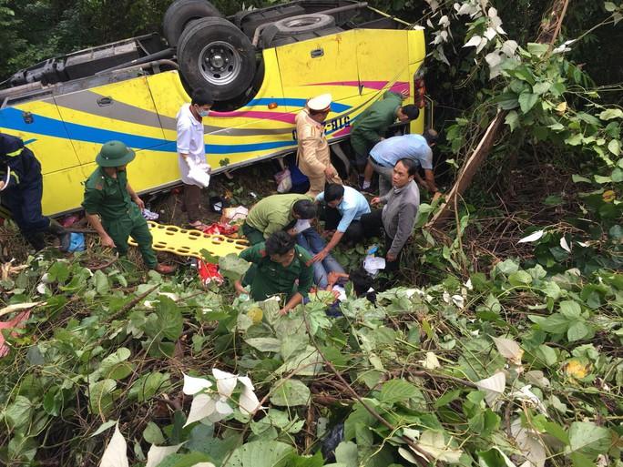 Cận cảnh cứu hộ vụ xe khách rơi xuống đèo Hải Vân - Ảnh 1.