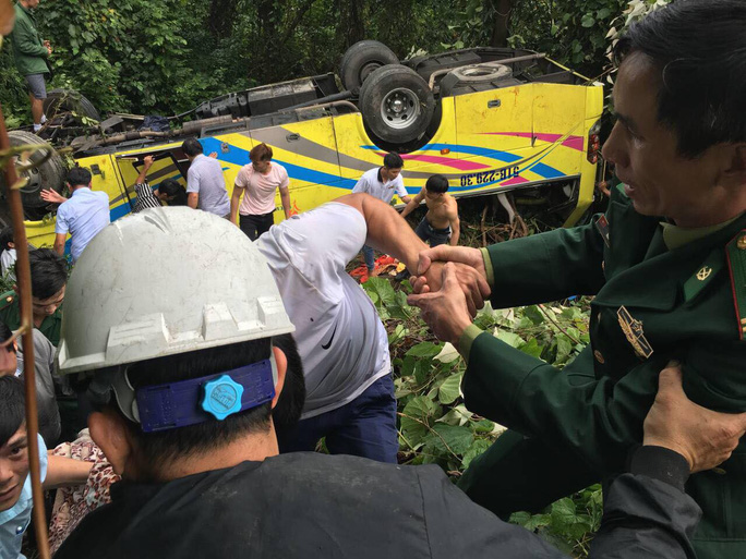 Cận cảnh cứu hộ vụ xe khách rơi xuống đèo Hải Vân - Ảnh 7.