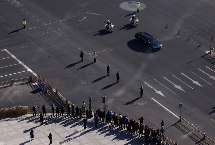 Cận cảnh đoàn xe chở ông Kim Jong-un trên đường phố Bắc Kinh - Ảnh 5.