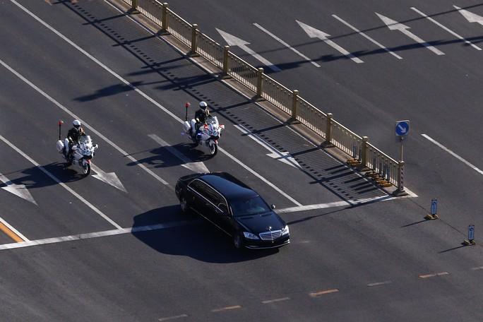 Cận cảnh đoàn xe chở ông Kim Jong-un trên đường phố Bắc Kinh - Ảnh 4.