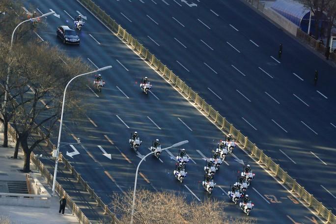 Cận cảnh đoàn xe chở ông Kim Jong-un trên đường phố Bắc Kinh - Ảnh 3.