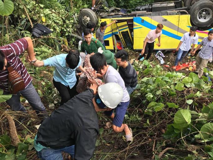 Cận cảnh cứu hộ vụ xe khách rơi xuống đèo Hải Vân - Ảnh 8.