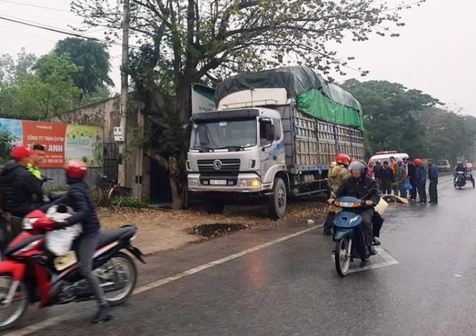 Tông vào xe tải đỗ bên đường lúc mưa phùn, người phụ nữ đi xe máy tử vong - Ảnh 1.