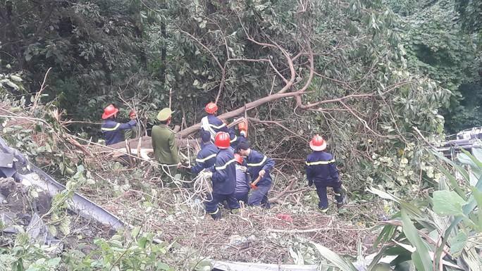 Cận cảnh cứu hộ vụ xe khách rơi xuống đèo Hải Vân - Ảnh 3.