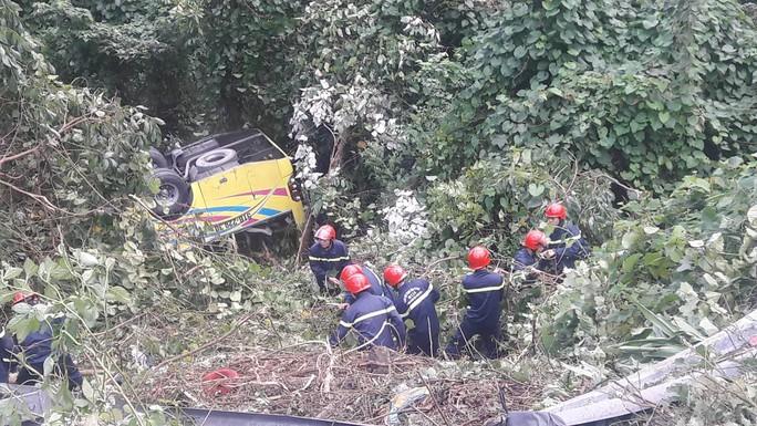 Cận cảnh cứu hộ vụ xe khách rơi xuống đèo Hải Vân - Ảnh 10.