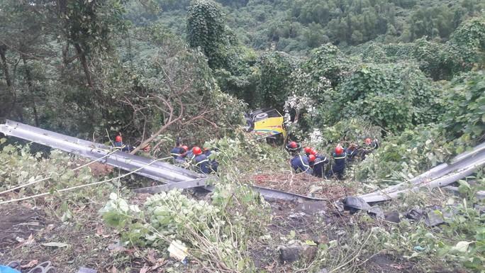 Cận cảnh cứu hộ vụ xe khách rơi xuống đèo Hải Vân - Ảnh 11.