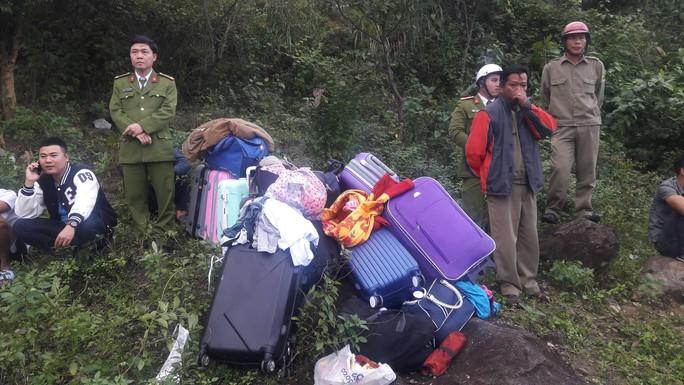 Cận cảnh cứu hộ vụ xe khách rơi xuống đèo Hải Vân - Ảnh 12.