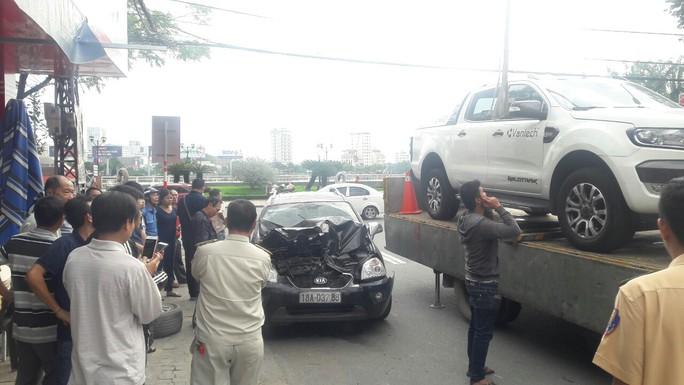 Xe bán tải chạy lùi gây tai nạn liên hoàn, 2 xe máy và 1 ôtô hư hỏng nặng - Ảnh 2.