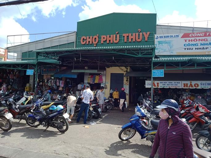 Bình Thuận: Nhóm tín dụng đen chém gần đứt lìa tay con nợ - Ảnh 1.