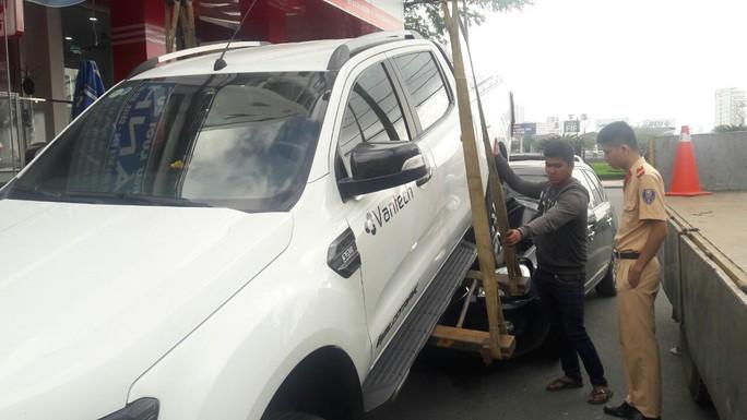 Xe bán tải chạy lùi gây tai nạn liên hoàn, 2 xe máy và 1 ôtô hư hỏng nặng - Ảnh 5.