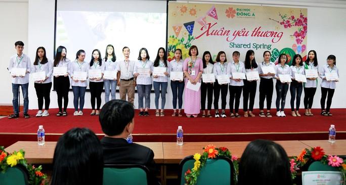 Đại học Đông Á: Trao tặng 233 vé xe Tết cho  sinh viên khó khăn - Ảnh 1.