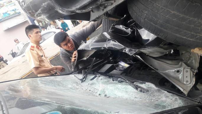 Xe bán tải chạy lùi gây tai nạn liên hoàn, 2 xe máy và 1 ôtô hư hỏng nặng - Ảnh 4.