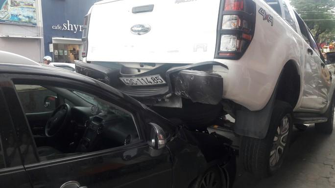 Xe bán tải chạy lùi gây tai nạn liên hoàn, 2 xe máy và 1 ôtô hư hỏng nặng - Ảnh 3.