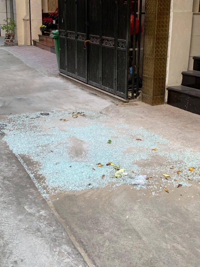 Tạm giữ kẻ bắn bể hàng loạt cửa kính ở trung tâm TP HCM - Ảnh 1.