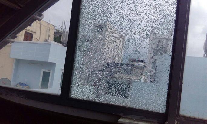 Tạm giữ kẻ bắn bể hàng loạt cửa kính ở trung tâm TP HCM - Ảnh 3.