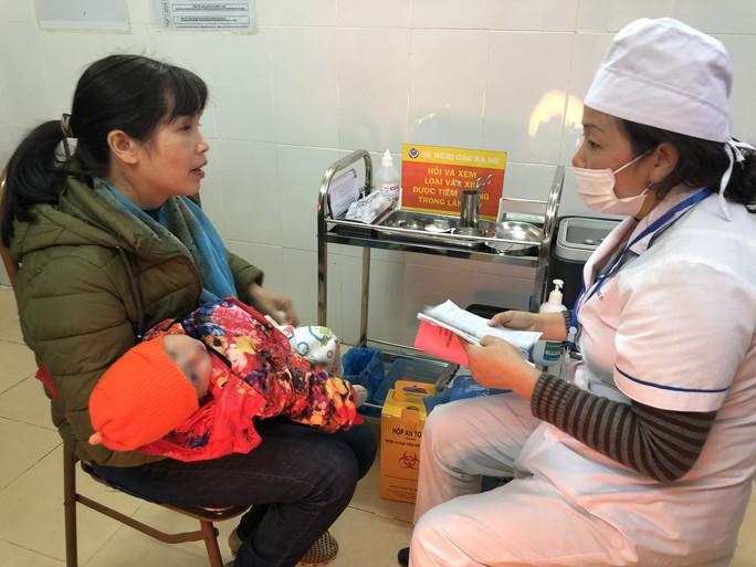 Bộ trưởng Nguyễn Thị Kim Tiến chất vấn cán bộ tiêm chủng trước khi tiêm ComBE FIVE - Ảnh 3.
