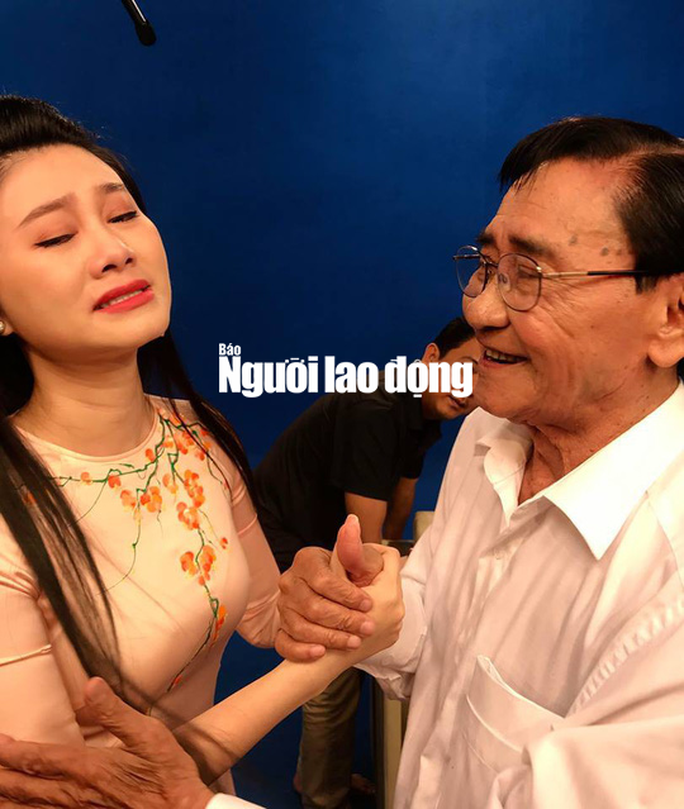 NSƯT Quế Trân khóc nghẹn trong lễ mừng thọ kép độc Nam Hùng - Ảnh 1.
