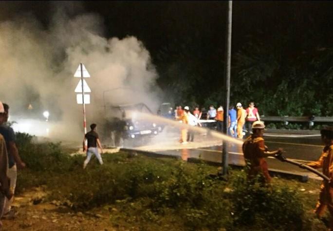 Xe tải bốc cháy dữ dội trong đêm, tài xế đạp cửa thoát thân - Ảnh 1.