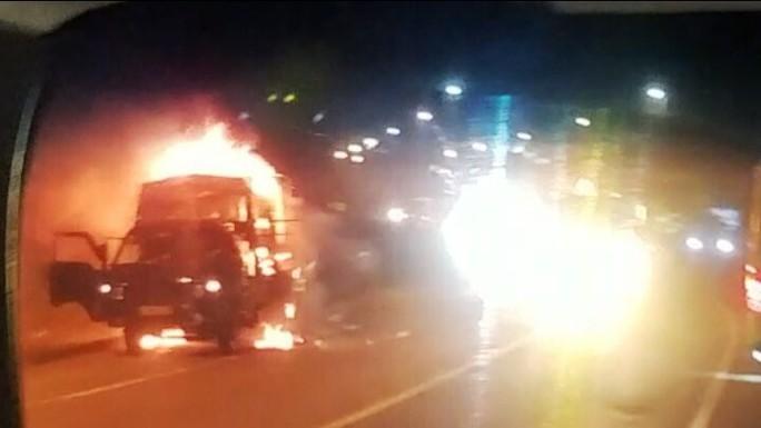 Xe tải bốc cháy dữ dội trong đêm, tài xế đạp cửa thoát thân - Ảnh 2.