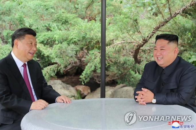 """Ông Kim Jong-un thề """"luôn sát cánh"""" cùng Trung Quốc - Ảnh 1."""