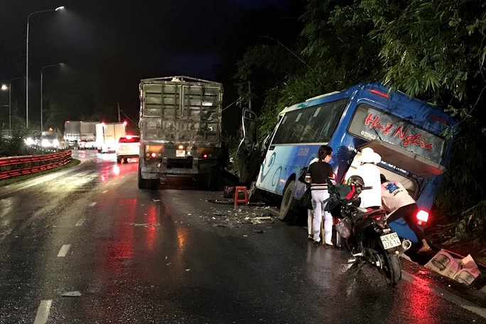 Xe khách đâm vào vách núi đèo Bảo Lộc, gần 30 hành khách hoảng loạn la hét - Ảnh 1.