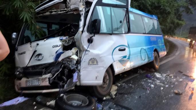 Xe khách đâm vào vách núi đèo Bảo Lộc, gần 30 hành khách hoảng loạn la hét - Ảnh 2.
