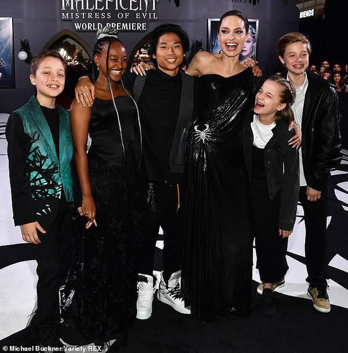 Pax Thiên tháp tùng mẹ nuôi Angelina Jolie trên thảm đỏ - Ảnh 4.