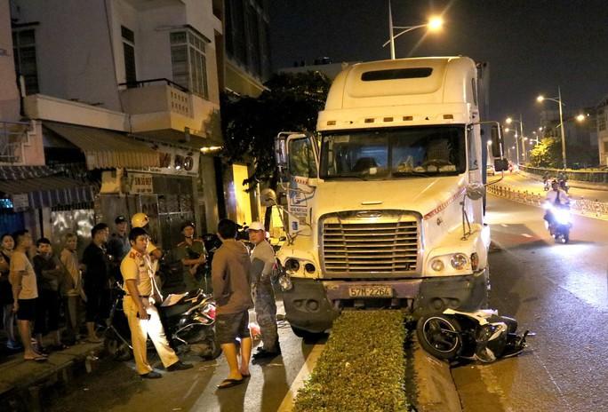 Video: Hiện trường xe container gây tai nạn nghiêm trọng ở trung tâm TP HCM - Ảnh 2.